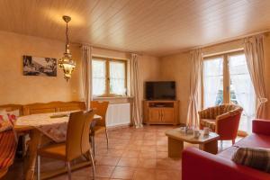 Ein Sitzbereich in der Unterkunft Ferienhotel Sonnenheim