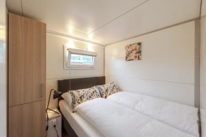 A bed or beds in a room at Tiny floating house, Mallorca