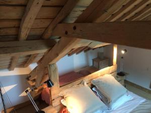 A bed or beds in a room at Le Grand Gîte