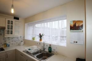 A kitchen or kitchenette at 3 bed home near to Hospital and businesses