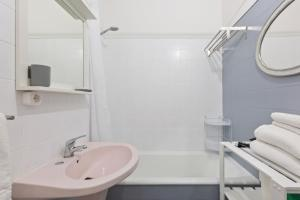 A bathroom at Beautiful 2 Bed Apt, Sleeps 6 nr Benfica