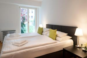 A bed or beds in a room at Apartments Wien - Schwarzenbergplatz