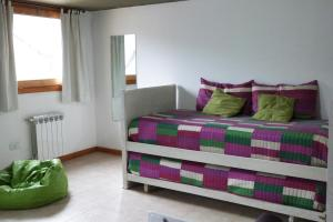 Una cama o camas en una habitación de Departamentos Antu Cuyen