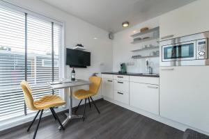 A kitchen or kitchenette at Boatlodge
