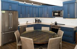 A kitchen or kitchenette at Lift One Condominiums