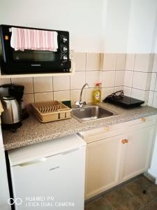 A kitchen or kitchenette at Yaliskari Beach