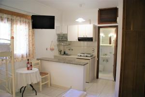 A kitchen or kitchenette at Grammatoula