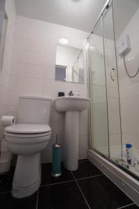A bathroom at London Queen's Park Apartment