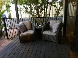A seating area at Burleigh Palms Holiday Apartments