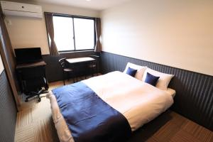 A bed or beds in a room at Karatachi Nanajo Ainomachi - Japan Hotels
