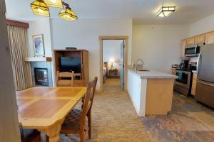 A kitchen or kitchenette at Sunstone 313