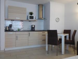 A kitchen or kitchenette at Naturdüne Wohnung 3