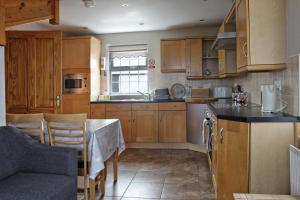 A kitchen or kitchenette at Aunt Rachel's Cottages - Mill Cottage