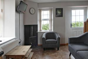 A seating area at Aunt Rachel's Cottages - Mill Cottage