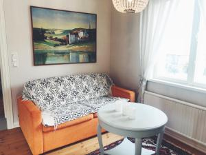 A seating area at Small historic wooden house in Porvoo old town