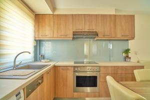 A kitchen or kitchenette at Veronica Hotel