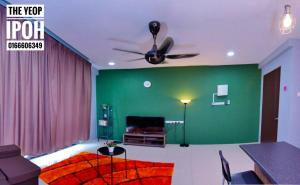 A television and/or entertainment centre at The Yeop Ipoh Homestay Apartment