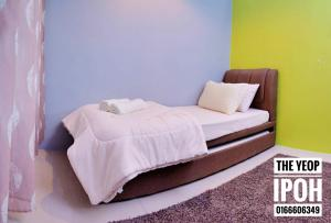 A bed or beds in a room at The Yeop Ipoh Homestay Apartment