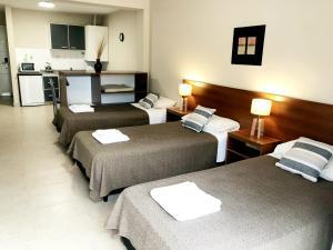 Una cama o camas en una habitación de Soltigua Apart Hotel Mendoza