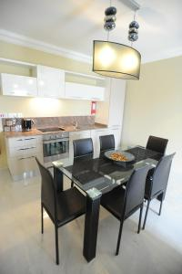 A kitchen or kitchenette at Onyx Apartments