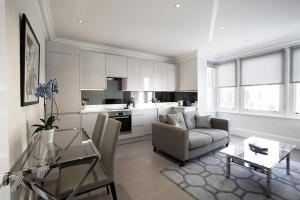 A seating area at Ealing Apartments