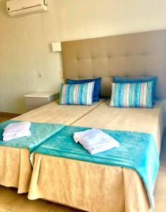 Een bed of bedden in een kamer bij Albufeira Jardim