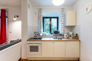 A kitchen or kitchenette at HappyGuests Apartments