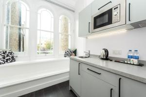 Una cocina o zona de cocina en The Dome Notting Hill