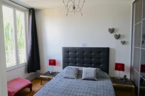 A bed or beds in a room at Le Coeur De Troyes