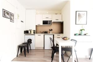 A kitchen or kitchenette at Studio Marilyn climatisé- Dormiratoulouse -Blagnac Aéroport Airbus