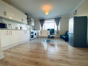 A kitchen or kitchenette at London Lodges
