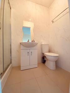 A bathroom at London Lodges