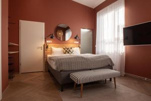 A bed or beds in a room at The Swan House Hotel by ylma