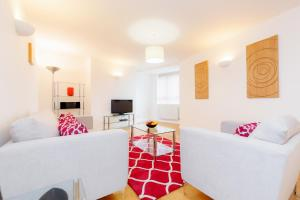 A seating area at Roomspace Serviced Apartments - Kew Bridge Court