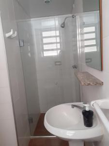 A bathroom at Quarto com banheiro privado