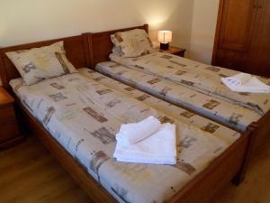 A bed or beds in a room at Cedar Lodge 3/4 Self-Catering Apartments
