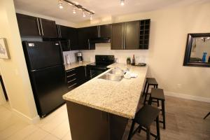 A kitchen or kitchenette at Waterscapes Resort by Discover Kelowna Resort Accommodations