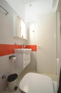 A bathroom at Sunday Studios