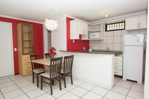 A kitchen or kitchenette at Porto de Iracema 630