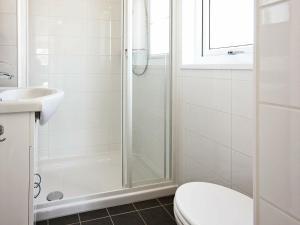Ein Badezimmer in der Unterkunft Holiday Home Strandallee