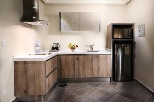 A kitchen or kitchenette at Aswar Hotel Suites Al Olya