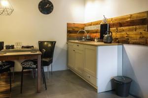 A kitchen or kitchenette at Apartamenty Tabula