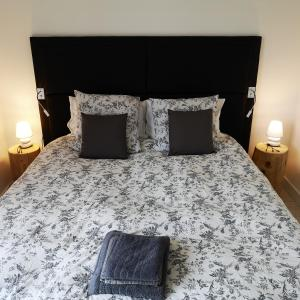 A bed or beds in a room at Riverside Toulouse (Savory)