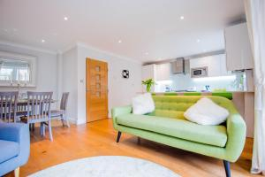 A seating area at Stylish London 3-Bedroom, 3 Bathroom Apartment