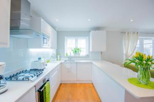 A kitchen or kitchenette at Stylish London 3-Bedroom, 3 Bathroom Apartment
