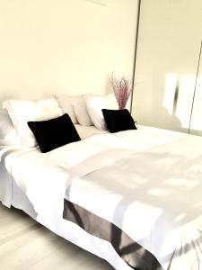 A bed or beds in a room at APTOS. BAHIA PLAYA II LUXURY TWO ROOMS