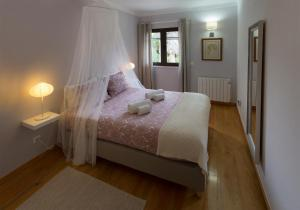 A bed or beds in a room at Sintra Beach Retreat by be@home