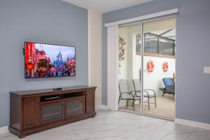 A television and/or entertainment centre at Wonderful 5 Bedroom w/ Pool Close to Disney 4801