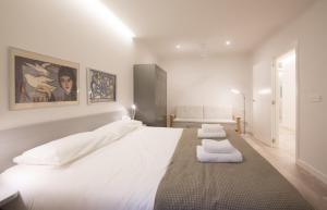 Ein Bett oder Betten in einem Zimmer der Unterkunft Ku by Oldtown San Sebastian apartments
