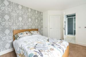 A bed or beds in a room at Ultra-Contemporary Designed 2BD Apartment Ruislip